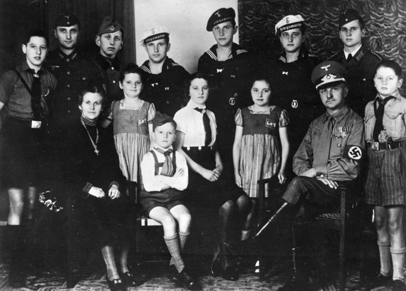 Образцовая семья Третьего Рейха: функционер НСДАП с женой, награжденной материнским крестом в золоте и их 12 детей.