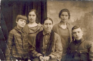 Семейное фото. Середина 30-х годов.
