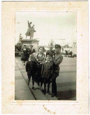 """Подпись на фотографии: """"Семья Нагорновых на ВСХВ в Москве 16 июня 1941 г. Все устали от прекрасной выставки"""". Через неделю началась война."""