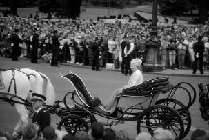Королева Елизавета II. Лондон. Площадь перед Букингемским дворцом. 1997. ©Александр Тягны-Рядно.