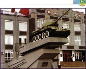 Бронированный танк перед административным зданием КМЗ сегодня