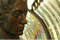 Статуя Френеля перед изобретенной им линзой в Морском музее Парижа
