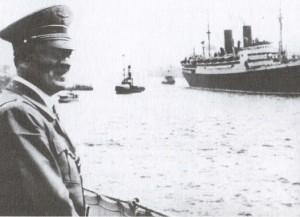 """Гитлер наблюдает за парадом кораблей флотилии общества """"KdF"""""""