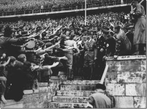 Ликующая толпа рабочих приветствует Гитлера