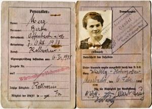 Трудовое удостоверение Берты Херц с поржавевшими скрепками