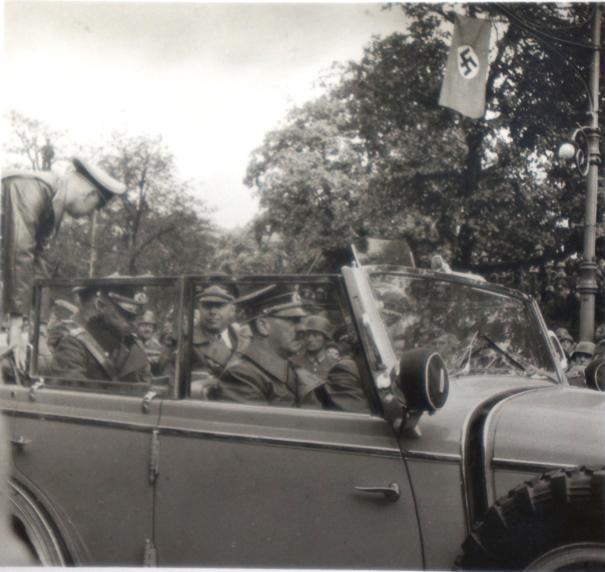 Фюрер отправляется на парад в Варшаве