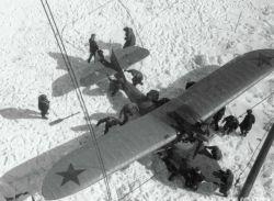 Самолет, прибывший на помощь челюскинцам