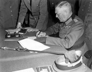 Кейтель, подписывающий пакт о капитуляции Германии