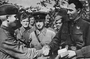 Бригадный комиссар Л.И. Брежнев вручает партийный билет красноармейцу. 1942 год