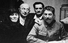 Иосиф Сталин с матерью, Л. Берией и А. Микояном