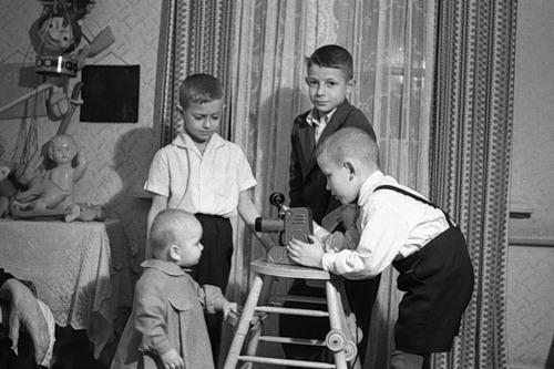 Дети обожали смотреть диафильмы.
