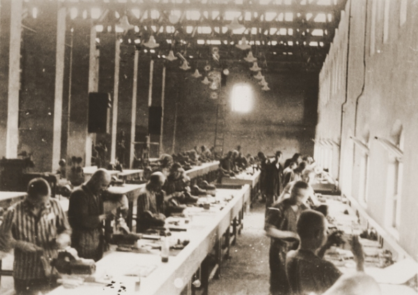 Заключенные на сборке авиадеталей в цехах концерна Siemens, фотография с сайта Википедия