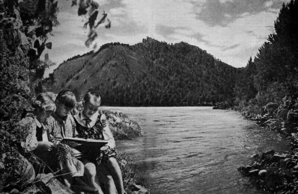Артековцы у алтайской реки Катунь