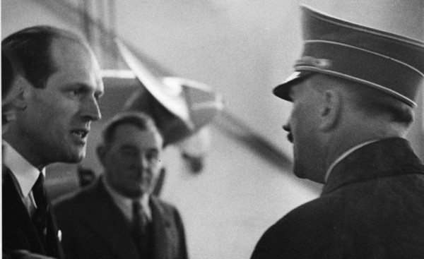 Авиаконструктор Вилли Мессершмитт (слева) разговаривает с А.Гитлером.