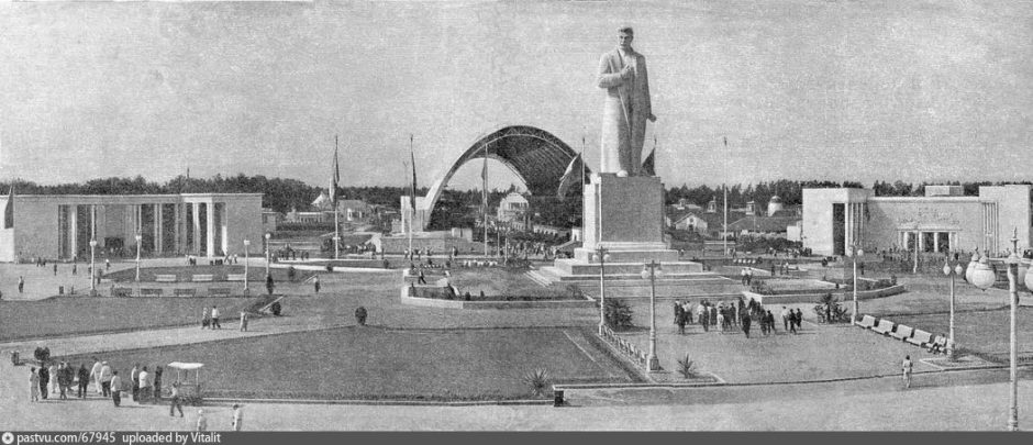 Площадь Народов с павильоном