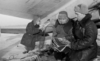 Загрузка в самолет агитационных листовок для немецких солдат
