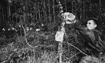 Гвардии сержант Чачи разбрасывает листовки в тылу врага