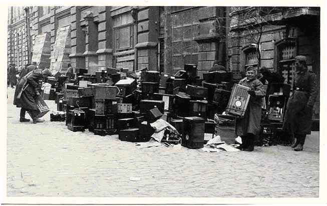 Немецкие солдаты среди сданных оккупированным населением радиоприемников