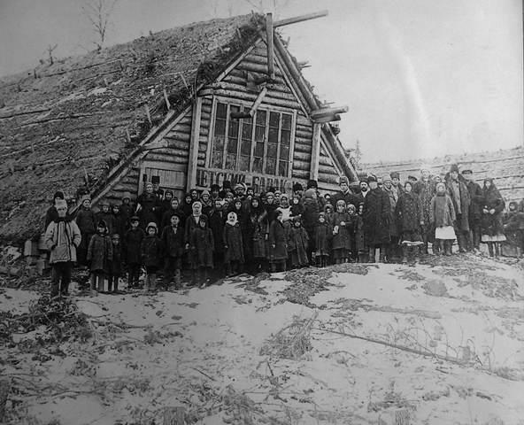 Группа спецпереселенцев у детского барака-шалашника. Северный край. 1930 год