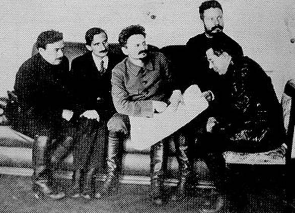 Бела Кун (крайний слева), Лев Троцкий (в центре)  и Михаил Фрунце (второй справа)  рассматривают карту Крыма.
