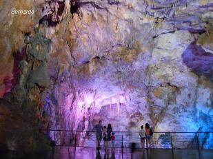 Внутри этой гигантской пещеры до сих пор остаётся огромная бетонная площадка - место стоянки советских самолетов. Сейчас здесь играют симфонические оркестры.