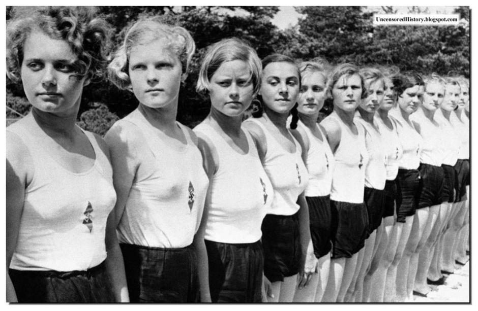 Юные девушки из Гитлерюгенда готовы к исполнению своего долга перед Фатерляндом