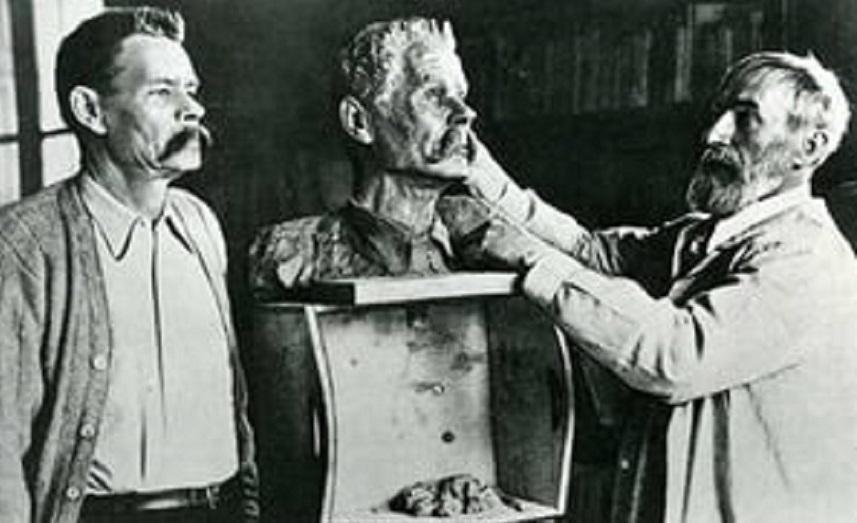 Горький позирует Коненкову. 1928 год