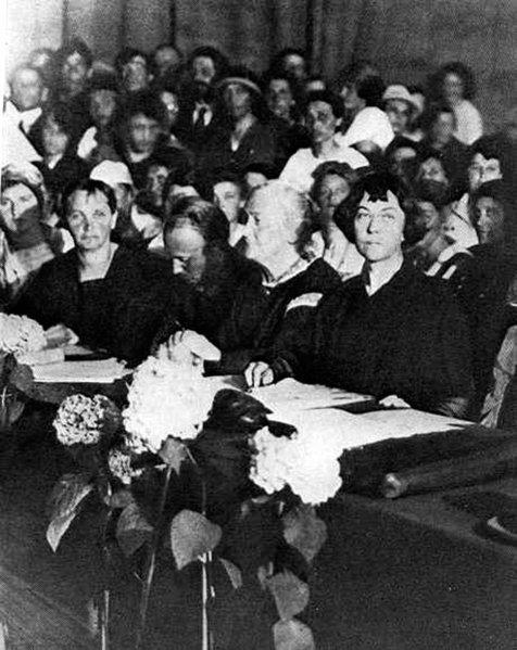 """Цеткин и Коллонтай на заседании Компартии Германии, 1921 год. Возражений по поводу теории """"стакана воды"""" еще нет"""