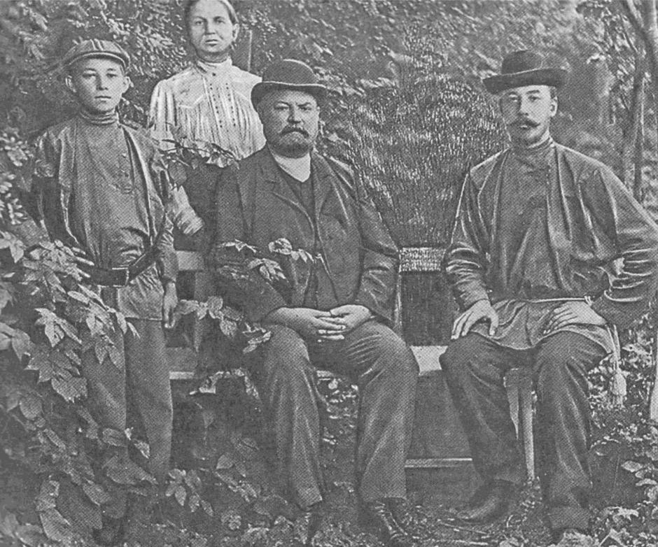 Второе поколение династии Кузнецовых: Терентий Яковлевич (в центре) с семьей. 1836 год