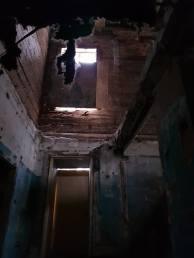 """Неизвестно, сколько еще продержатся старые бревна при таком """"уходе"""" за домом"""
