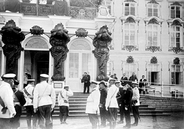 А.К.Ягельский (на ступеньках, в черном) снимает царскую семью