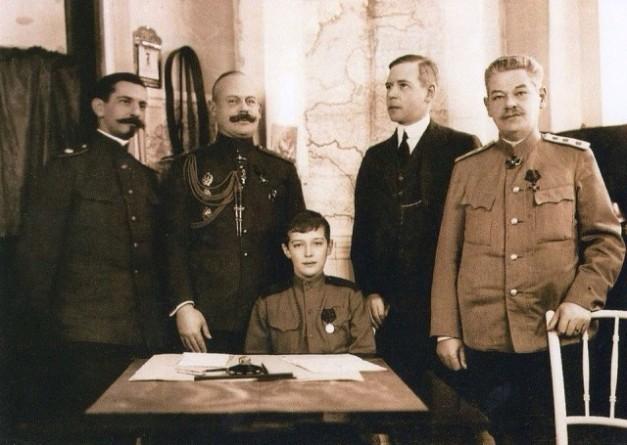 В.Н.Воейков (второй слева, в мундире) среди учителей царевича Алексея.