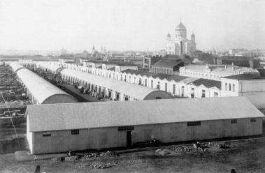 По другую сторону Всехсвятской улицы, где сейчас Болотная площадь, располагались торговые ряды с хранилищами (лабазами), давшими название улицы.