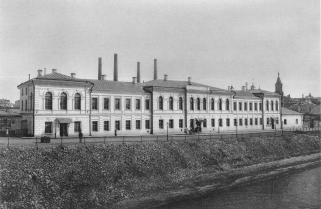 Съезда мировых судей располагалось на Берсеневской набережной примерно в том же месте, где сейчас стоит Театр эстрады.