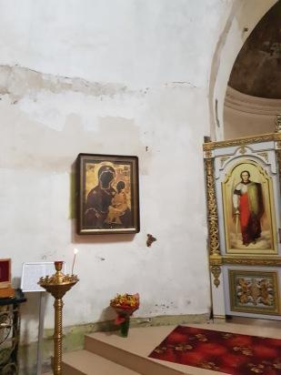 Из прежнего убранства храма сохранились лишь две иконы, которые в наши дни находятся в расположенном неподалёку Елоховском соборе. Однако мало-помалу в Ирининский храм поступают новые святыни. На стене на снимке - список чудотворной Тихвинской иконы Божией матери