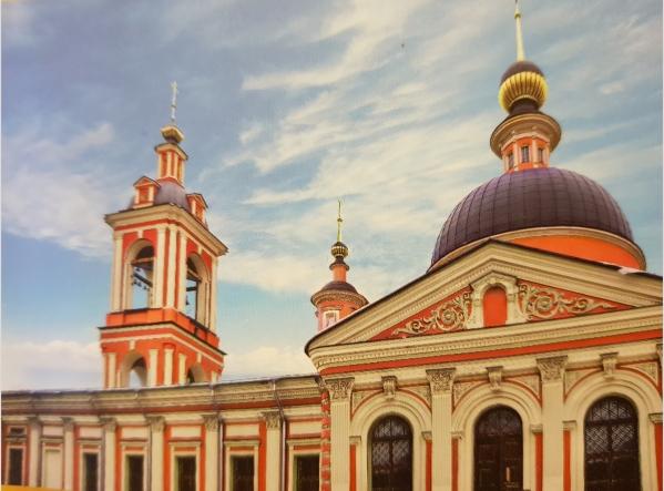 Отреставрированные колокольня и задний фасад храма