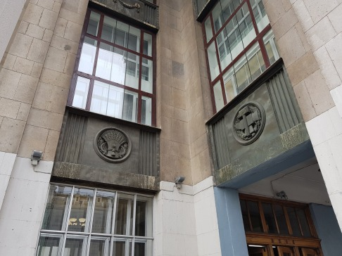 Бронзовые панно на фасаде главной библиотеки страны притягивают внимание людей, не догадывающихся, откуда взялась эта бронза