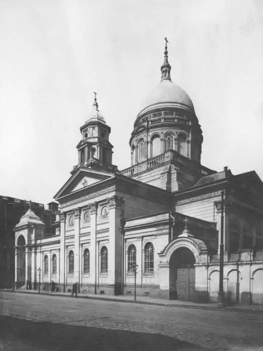 Вот так выглядел храм до 1930 года.