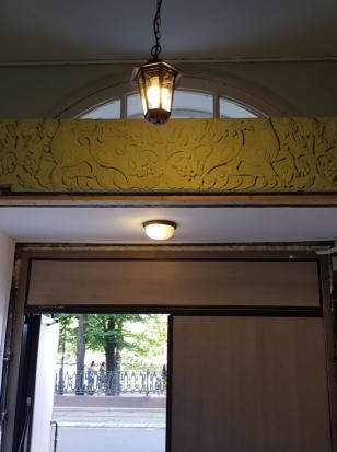 Барельефы на стенах подъезда