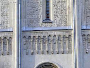 Средневековые сюжеты сопровождаются фигурками 12 апостолов.
