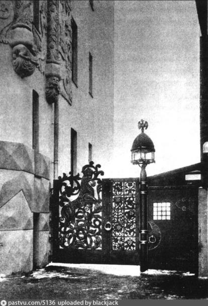 """""""Исчезнувшие"""" ещё в советское время кованая ограда и фонари дома."""