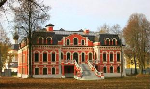 Бывшая усадьба Салтыковой в селе Красное (ныне Красная Пахра). Изначально было построено в стиле нарышкинского барокко, позже перестроена в эклектическом стиле.