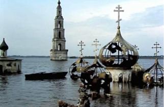 Город Молога, затопленный в 1940 году при создании Рыбинского водохранилища, появляется всякий раз во время спада уровня воды в нём.