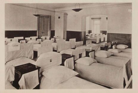 Спальное отделение приюта на первом этаже. В дальней комнате через арку видны окна первого этажа, выходящие на ул.Щипок.