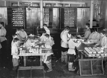 Детский труд на чаеразвесочной фабрике