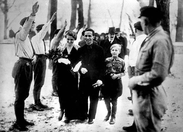 Свадьба И.Геббельса и Магды Квандт. Позади сына Магды от первого брака - Харальда - виден А.Гитлер в непривычном lkx себя цивильном костюме.